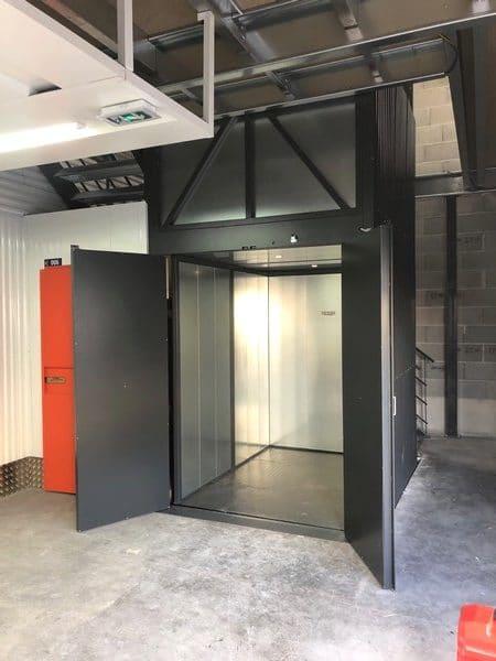 Installation d'un monte charge de 500 kg dans un espace de box de stockage à Brindas dans le Rhône.