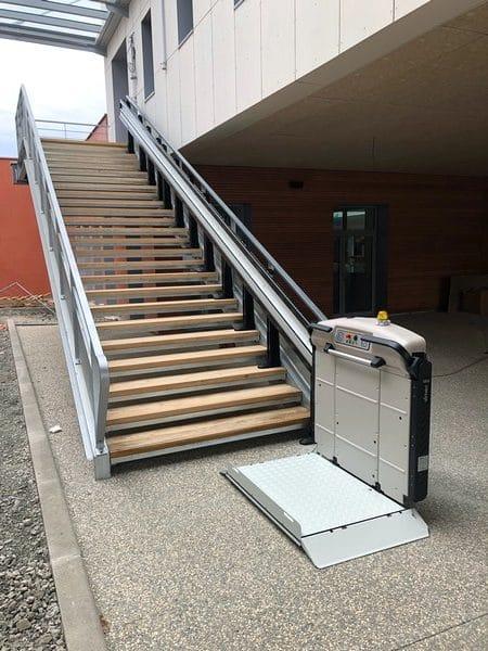 Installation d'une plateforme monte-escalier dans un collège à St Just St Rambert
