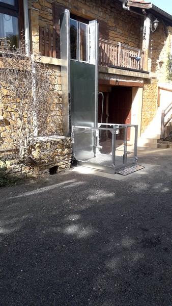 Installation d'un élévateur extérieur dans le Rhône à Val d'Oingt