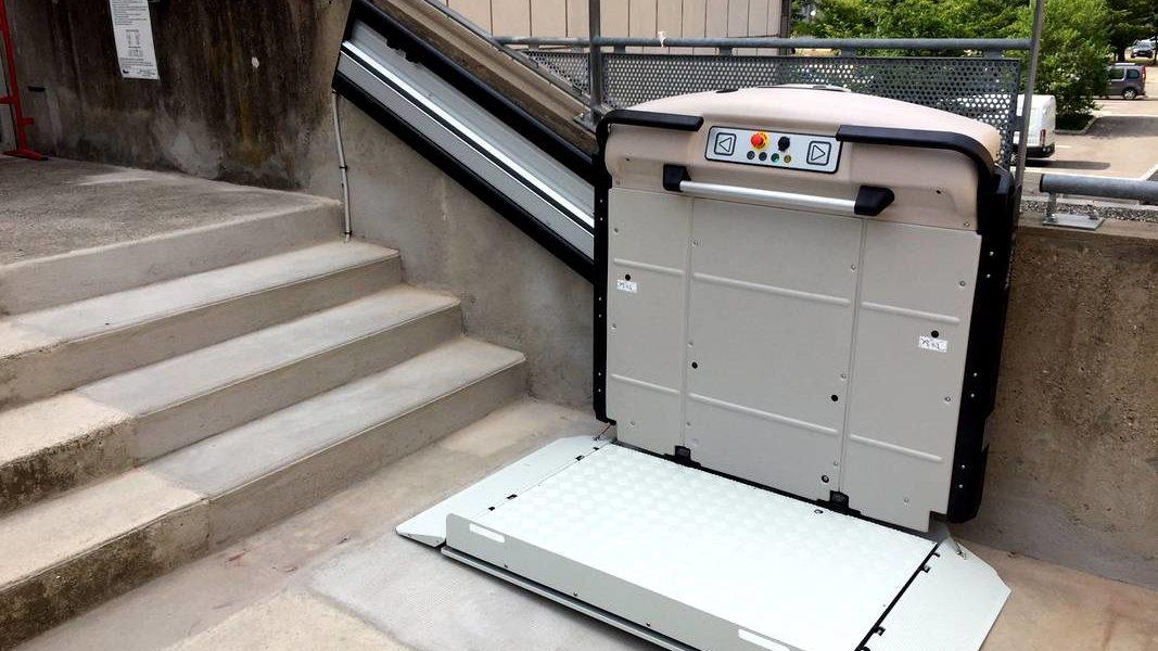 Installation d'une plateforme monte-escalier à Ecully dans le Rhône